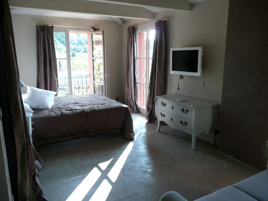 Sol de chambre d'hôtel en béton ciré