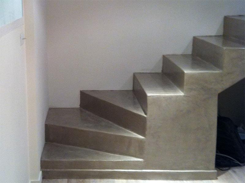 Escalier tournant en béton ciré