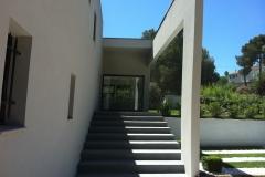Escalier extérieur en béton ciré gris