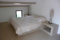 Tour de lit, tables de chevet et sol en béton ciré