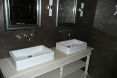Murs et sol de salle de bain en béton ciré