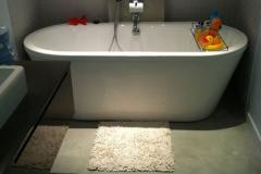 Sol de salle de bains en béton ciré
