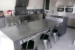 Grande table en béton ciré
