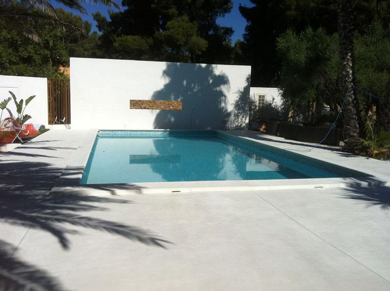 Tour de piscine en béton ciré