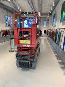 Boutique «From future» à Marseille. Sol en Cementoresina couleur WR02. La solidité du revêtement permet le passage d'élévateurs.